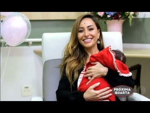 Rodrigo Faro faz surpresa para Sabrina Sato durante entrevista