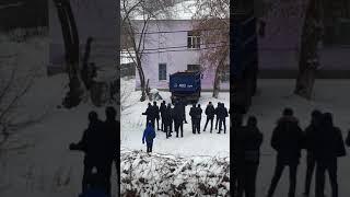 Ученики чего то выясняют.казахстан.