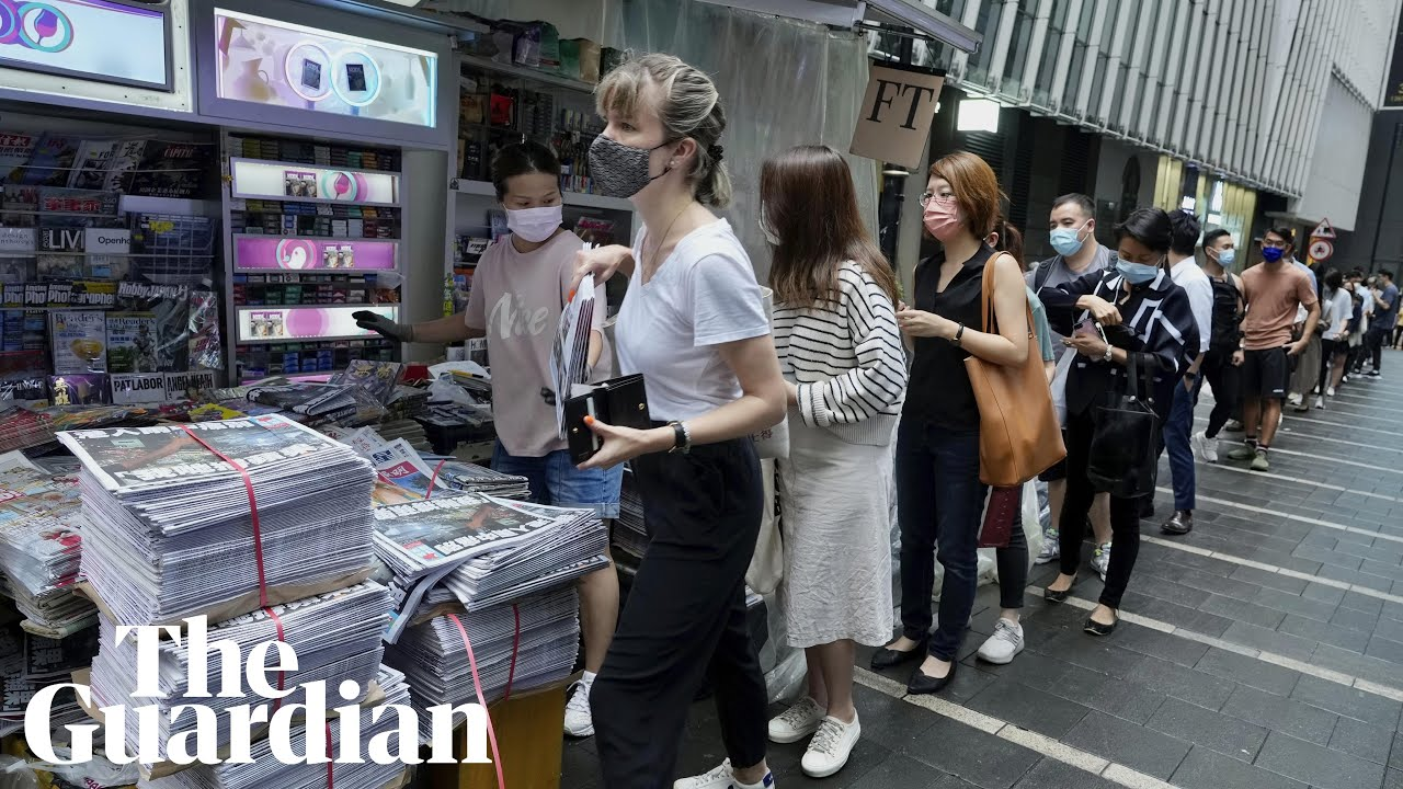 Download Large crowds queue in Hong Kong for final Apple Daily edition
