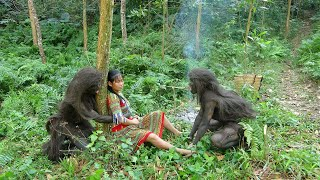 Primitive Life Skills - Forest People Meet Ethnic Girl Catch Fish And Baked fish in the forest