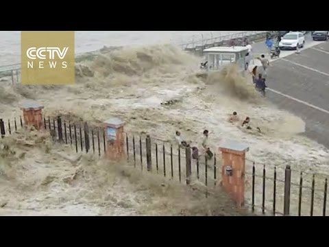 Footage: Visitors washed away by strong Qiantang tidal bore