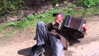 Пьяный дед не может встать,но играет на баяне