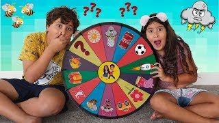 MARIA CLARA E JP BRINCANDO COM A ROLETA MÁGICA / Kids playing at Magic wheel