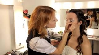 Праздничный макияж от фотостудии Fashion Box, актуальный для весны 2014.(В данном видео наш визажист, Ольга Климова, расскажет и покажет, как правильно наносить праздничный макияж...., 2014-03-04T09:53:05.000Z)