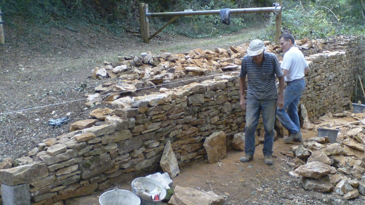Construction mur en pierres s ches jep 3 3 youtube for Barbecue de jardin en pierre