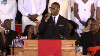 "R. Kelly Singing ""I Look To You"" At Whitney Houston's Funeral! : HD : [TekniqueTheKingpin.com]"