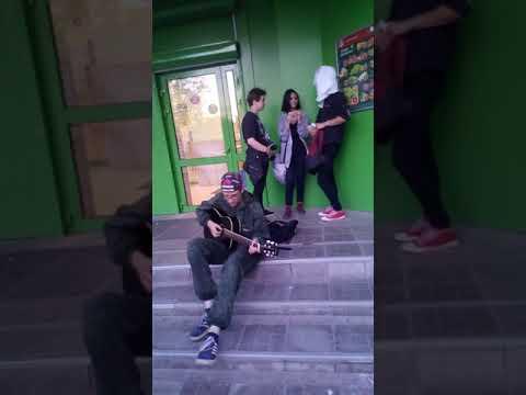 уличные музыканты прям у магазина Ковров видео