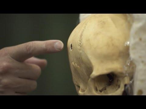 Análisis del impacto y la trayectoria de las balas en cráneos - YouTube
