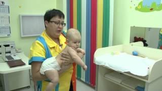Как правильно носить малыша на руках?