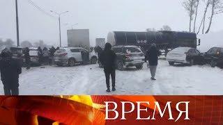 Смотреть видео Мощный снегопад, обрушившийся на Москву, привел к многочисленным ДТП. онлайн