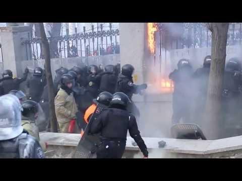 Brutalne zamieszki Ukraina Kijów. Milicjanci podpaleni. Ukraine riot Kiev