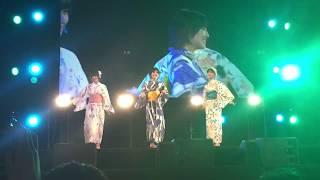 幕張メッセで行われた48G納涼祭で、全員浴衣姿のカラオケステージの様子...