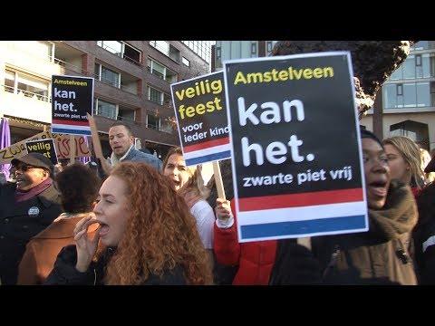 Tientallen actievoerders demonstreren tegen Zwarte Piet op Stadsplein