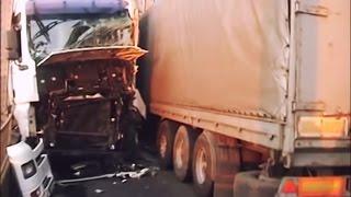 Фуры не Разъехались на Дамбе.(Коллапс в Черкасской области. На узенькой дороге, на дамбе не поместились два тяжеловеса – Volvo и Man. Авария..., 2014-08-22T09:51:34.000Z)