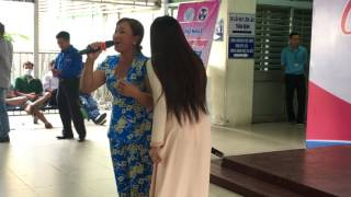 Nữ người nhà bệnh nhân hát Duyên Phận làm tan chảy trái tim bao người