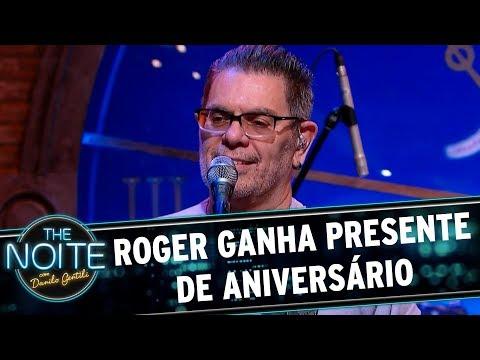 Roger ganha presente de aniversário | The Noite (13/09/17)