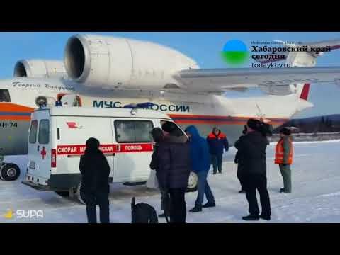 Скорая доставляет выжившую в нельканской катастрофе девочку на борт самолета