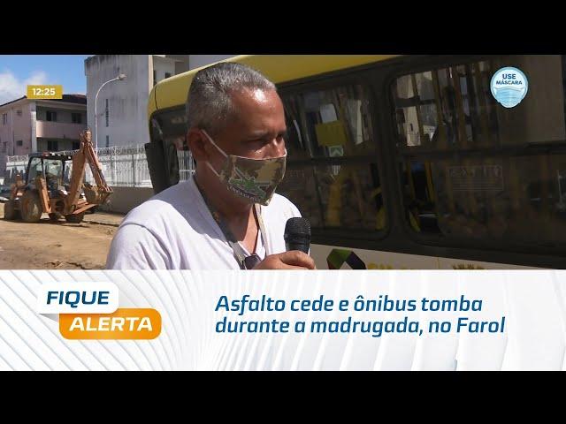 Asfalto cede e ônibus tomba durante a madrugada, no Farol