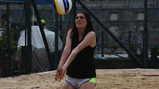 Chiara Appendino vola sulla sabbia: i bagher della sindaca di Torino al torneo di beach volley