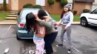 Genç Kızı Sokak Ortasında Soyarak Dövdüler!