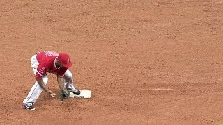 LAA@HOU: Angels turn around-the-horn double play