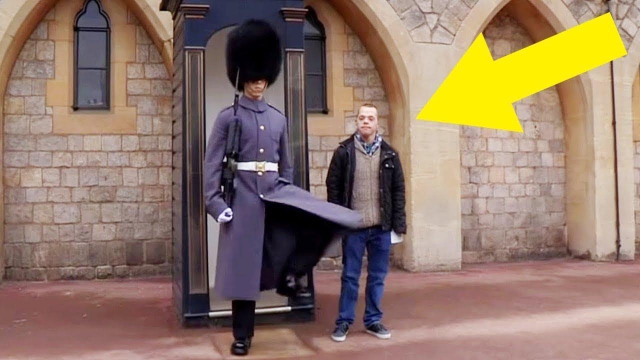 اقترب هذا الرجل المصاب بمتلازمة داون من الحارس الملكي ، وكان رد فعل الجندي مذهلاً !!