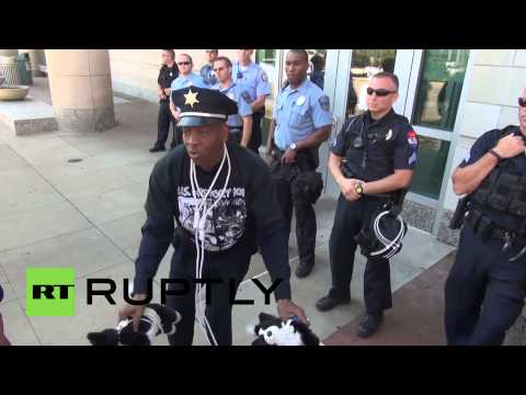 """USA: """"Hands up, don't shoot"""" protesters march on Ferguson police dep"""