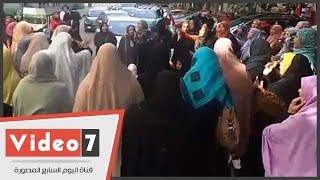 معلمات الهيئة العامة لمحو الأمية يعاودن قطع الطريق بشارع حسين حجازى