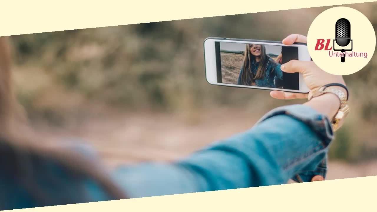 Freundinnen machen ein Selfie - kurz darauf sind sie fast