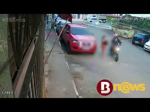 Vídeo: Motociclista assalta mulher em rua