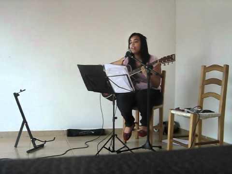 manuela tocando violão