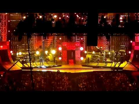 Blake Shelton opening the 2011 CMA Awards with FOOTLOOSE