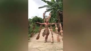 Màn trình diễn thời trang kinh điển của trai làng gây bão