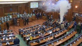 نواب برلمان «كوسوفو» يطلقون قنابل الغازل داخل القاعة (فيديو)