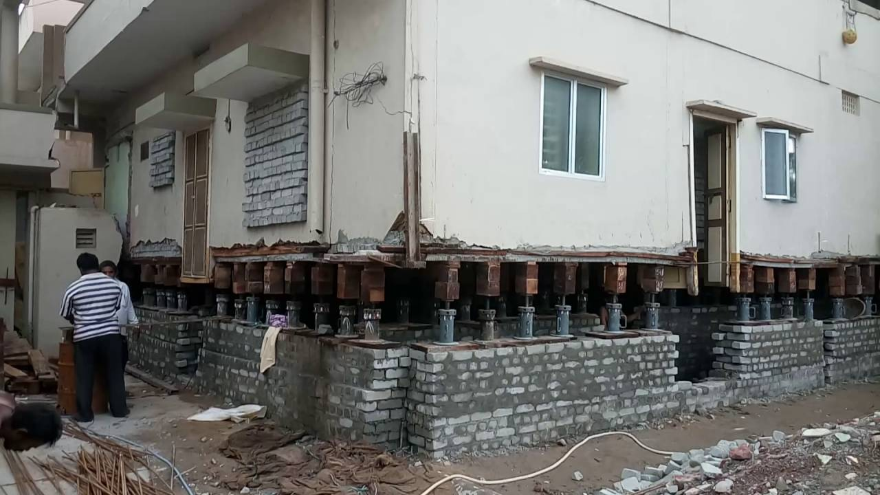 Lifting of house in gurunanaknagar, Vijayawada along with pillars by ...