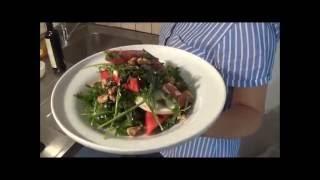 Салат из рукколы с арбузом, фета сыром, грецкими орехами и медовым соусом