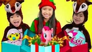 아이들을위해크리스마스아침을사용하여선물을주는역할놀이를하는웬디, 엠마,제니&린든