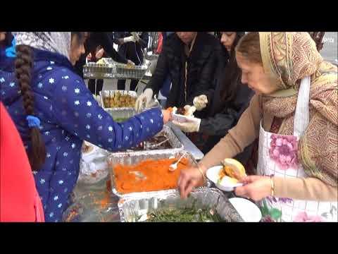 Free Indian Street Food: Fresh Made Vada Pav - Punjabi Sikh Nagar Kirtan Langar In Southall, London.