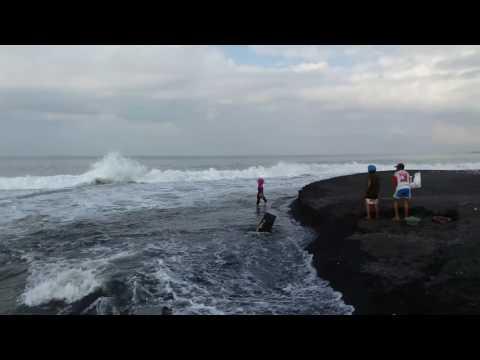 Perjuangan pencari batu sikat pantai Tegal Besar Bali.