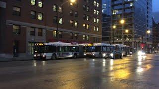 シカゴのウェスト・シカゴ・アベニューを走る連節バス。 2016年4月、iPh...