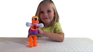 Николь открывает игрушку Плуто  !