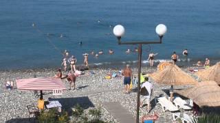 Самое обычное утро на пляже в Лазаревском. Август 2013(Летнее утро, +21 воздух, +25 вода. Отдыхающие медленно подтягиваются на пляж. Готовы лежачки под грибками-навес..., 2013-08-26T08:07:59.000Z)