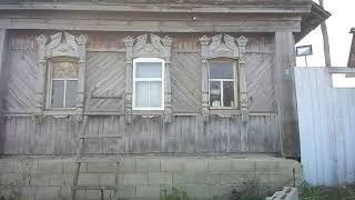 Вставляю оконную раму, сделанную своими руками, в деревенский дом.