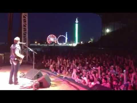Hastings, NE Knows How Country Feels - Randy Houser Live