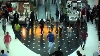 """سوريين يقدمون فقرة غنائية وعرض راقص بـ""""هايبر وان"""" الشيخ زايد"""