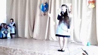 Девочка поёт песню на 1 сентября)