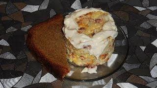 Салат с яичным блинчиком, капустой,  яблоком и копченой колбасой