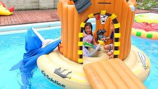 サメに食べられる~!!!? 海賊の島で魚釣り プール 海賊ごっこ こうくんねみちゃん Pool Shark Attack Pirate thumbnail