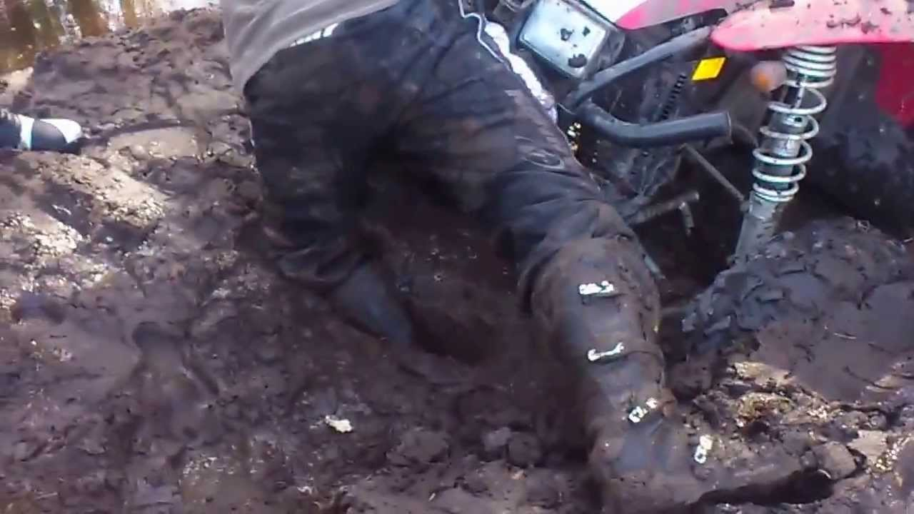 quad polaris dans la boue