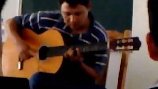 Thầy Lê Hùng Phong ở lớp guitar trường Xây Dựng